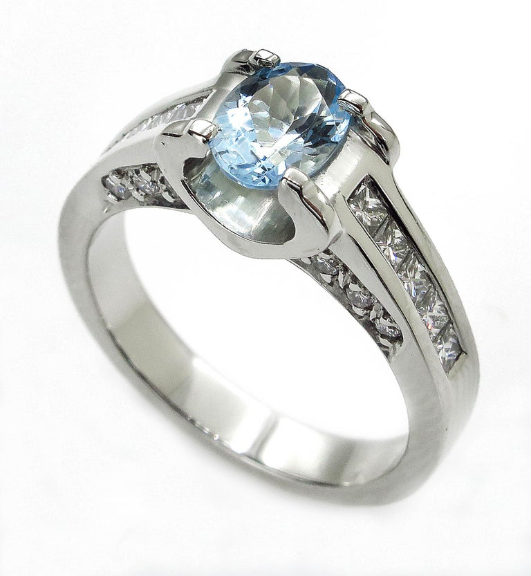 Vintage Natural 1.67ct Oval Aquamarine and Diamond Platinum Ring In Good Condition For Sale In New York, NY