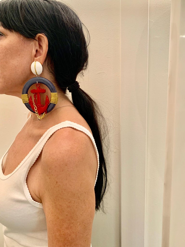 Vintage oversized nautical clip-on statement earrings c.1980 - the oversized statement earrings are comprised out of galalith and feature a bold design consisting of an oversized red anchor and gold chain. The condition is excellent.