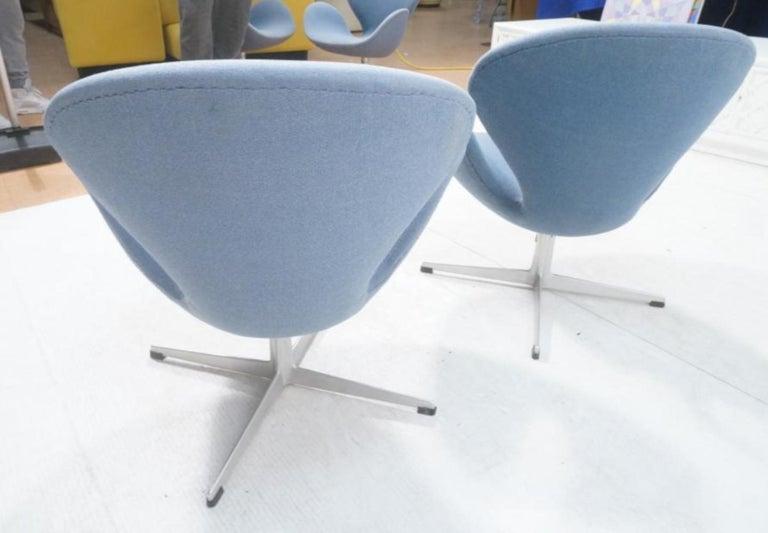 Danish Vintage Pair of Arne Jacobsen Swan Chairs for Fritz Hansen For Sale