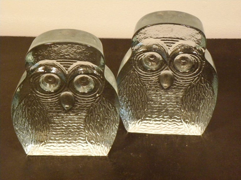 A pair of owl-shaped clear molded glass bookends with flat backs by Blenko. USA, circa 1960.