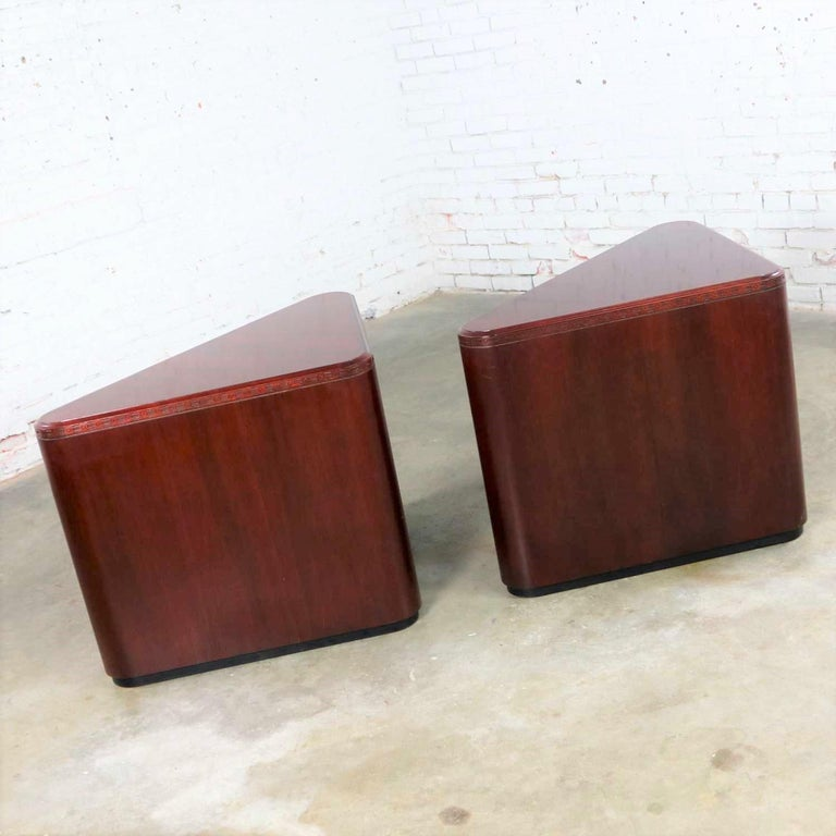 20th Century Vintage Pair of Mahogany Triangular End Tables or Pedestals For Sale