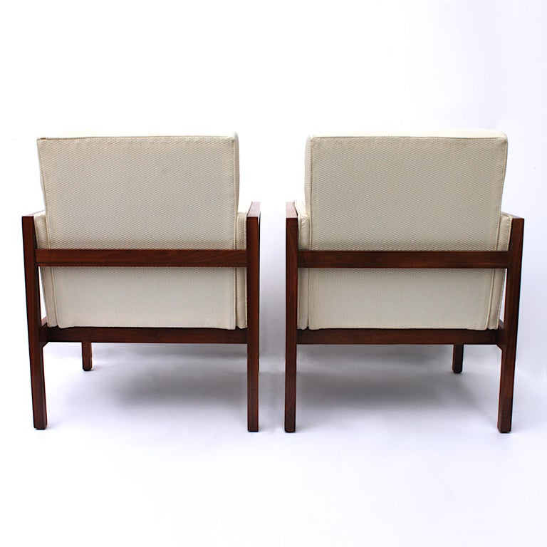 Mid-20th Century Vintage Pair of Mid-Century Modern Walnut Side Lounge Club Chairs by Jens Risom For Sale