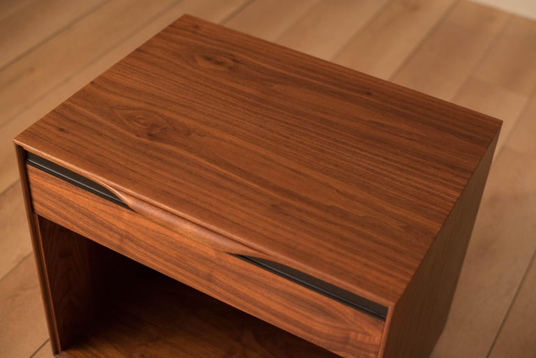 Vintage Pair of Walnut Glenn of California Nightstands In Good Condition For Sale In San Jose, CA