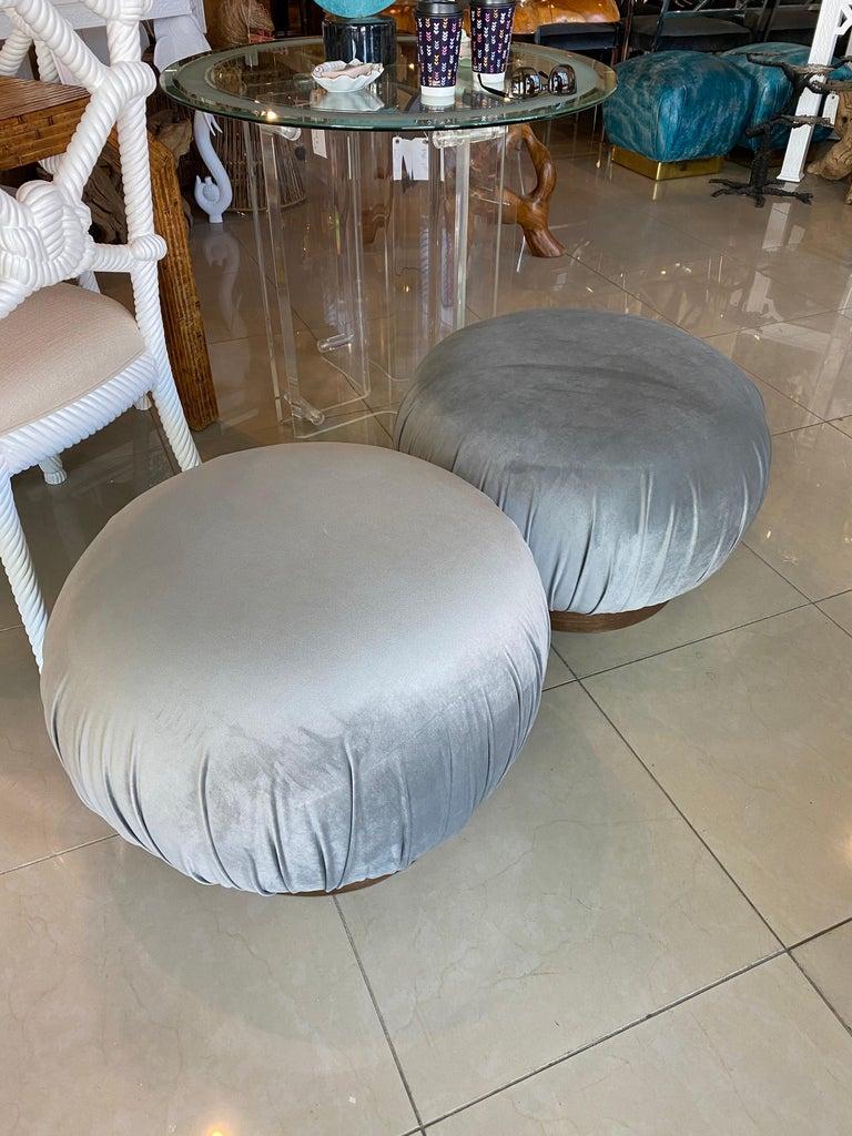 Hollywood Regency Pair of Swivel Pouffe Poufs Ottomans Benches Stools Grey Velvet Walnut Base For Sale