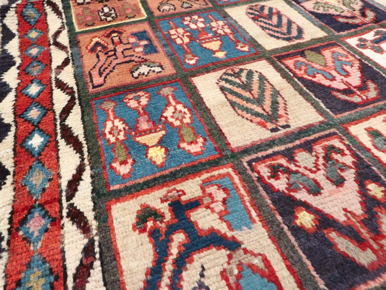 Vintage Persian Bakhtiari Rug In Good Condition For Sale In New York, NY