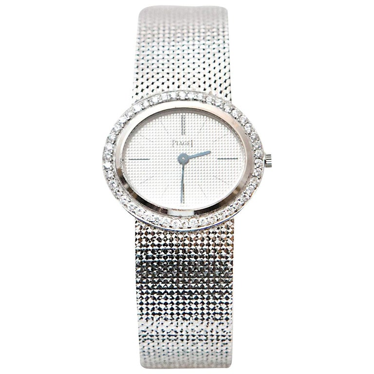 Lady PIAGET watch, 18K white gold 750/1000ème.  Bezel measuring 27mm (1 inch) set with 46 round brilliant cut diamonds.  Mechanical movement, Manual winding.  Extra Thin watch !   18K White Gold gold bracelet.  circa 1965/1970  Total weight : 59