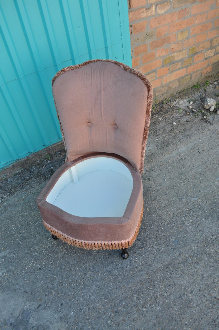 Vintage Pink Velour Bedroom Boudoir Chair Studded Back and Padded Seat In Good Condition For Sale In Lábatlan, HU