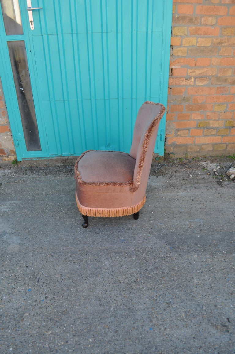 Mid-20th Century Vintage Pink Velour Bedroom Boudoir Chair Studded Back and Padded Seat For Sale
