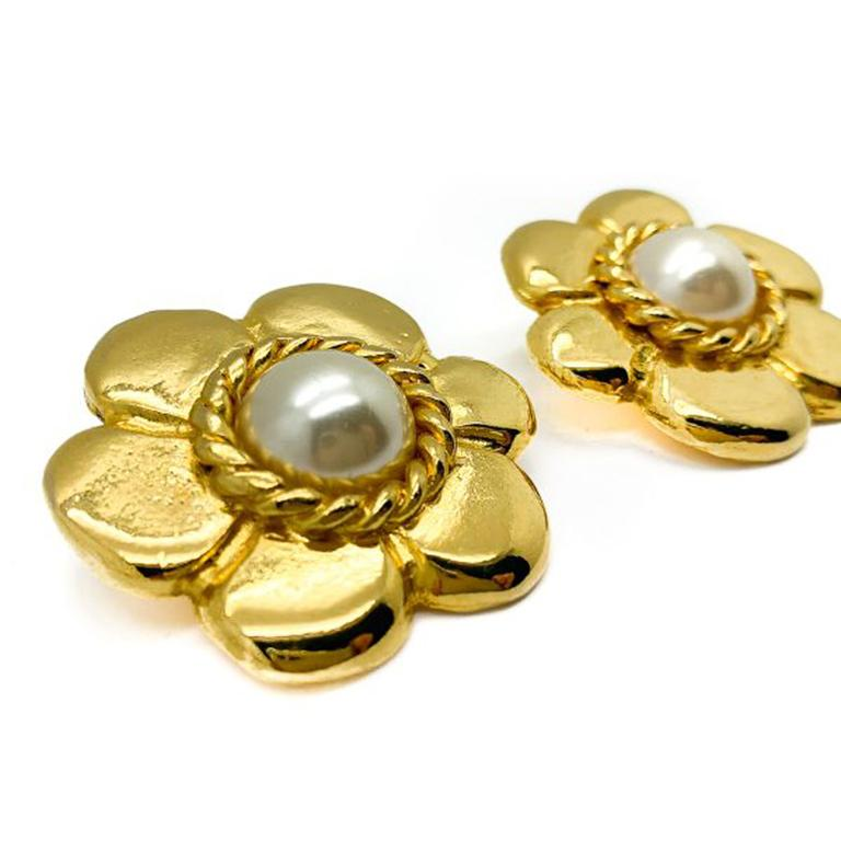 Vintage Pinky Paris Gold & Pearl Flower Earrings 1980s In Good Condition For Sale In Wilmslow, GB
