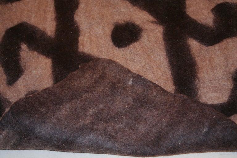 Vintage Primitive Modernist Tribal Felt Rug In Good Condition For Sale In Milan, IT