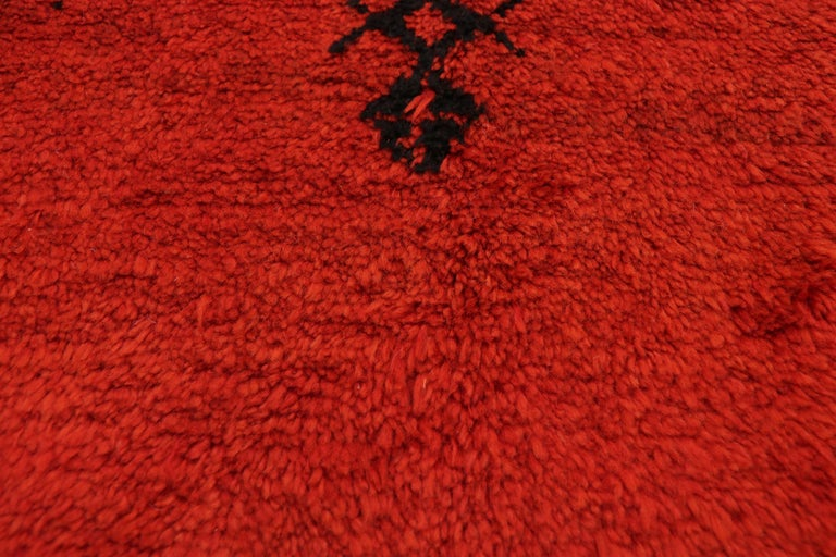 Vintage Red Beni Mrirt Carpet, Berber Moroccan Rug with Modern Tribal Style In Good Condition For Sale In Dallas, TX