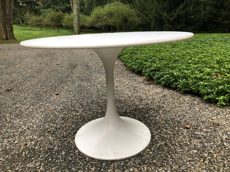 Vintage Round White Saarinen Style Tulip Dining Table In Good Condition For Sale In Hopewell, NJ