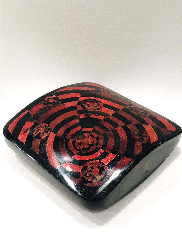 Vintage R&Y Augousti Decorative Vase in Mosaic Red & Black Pen-Shell, circa 2000 In Good Condition For Sale In Miami, FL