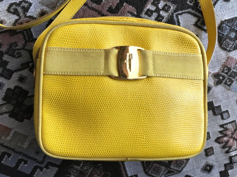 1990s. Vintage Salvatore Ferragamo lizard embossed yellow leather shoulder bag with golden logo embossed motif from vara collection. Rare color.  Vintage Salvatore Ferragamo lizard-embossed yellow leather shoulder bag from Vara collection back in
