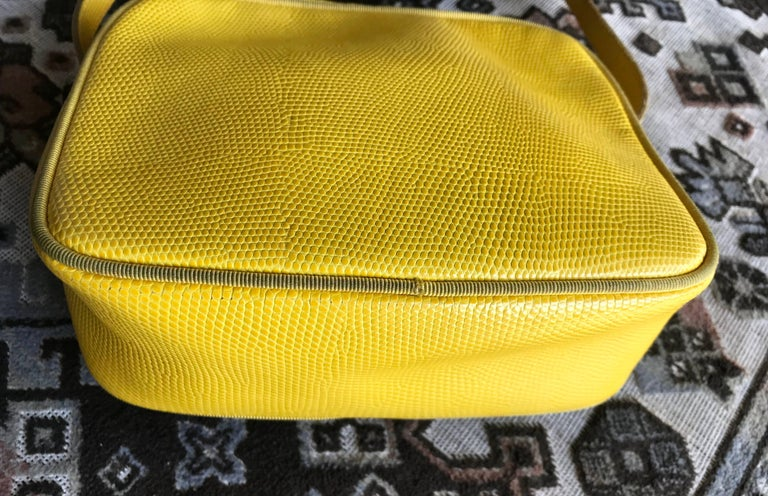 Vintage Salvatore Ferragamo lizard embossed yellow leather shoulder bag. Vara In Good Condition For Sale In Kashiwa, Chiba