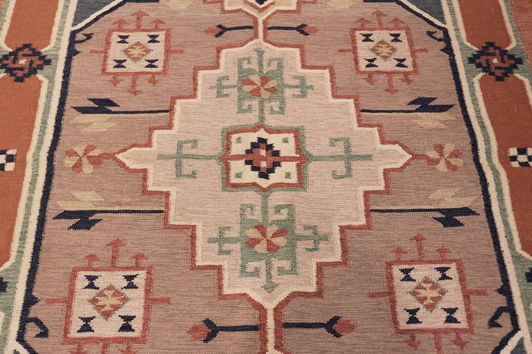 Hand-Woven Vintage Scandinavian Swedish Kilim Rug. Size: 4 ft 8 in x 6 ft 6 in For Sale