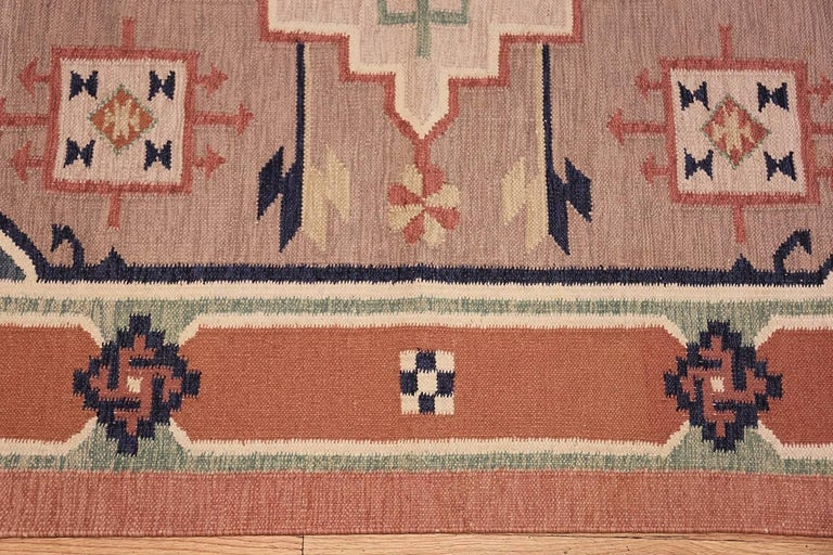 Vintage Scandinavian Swedish Kilim Rug. Size: 4 ft 8 in x 6 ft 6 in In Excellent Condition For Sale In New York, NY