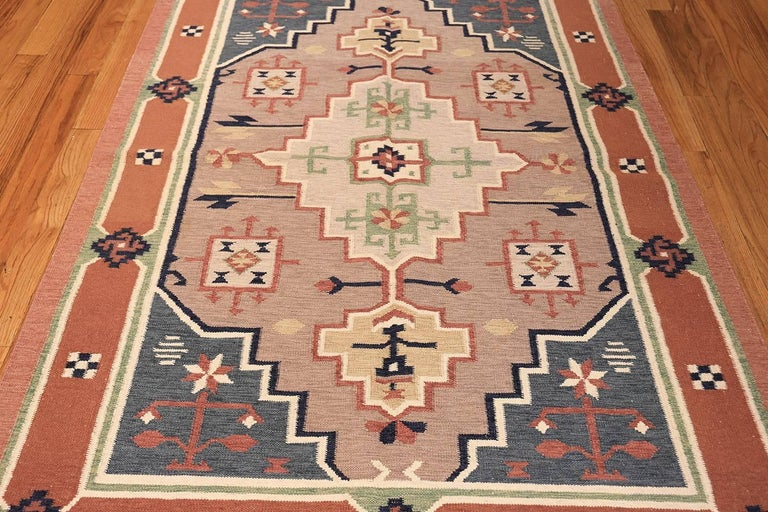20th Century Vintage Scandinavian Swedish Kilim Rug. Size: 4 ft 8 in x 6 ft 6 in For Sale
