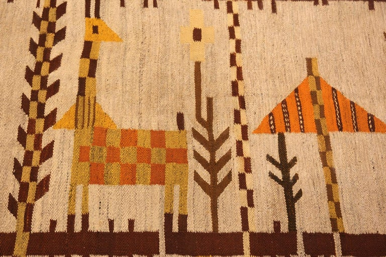 Beautiful vintage Scandinavian Swedish rug, country of origin: Scandinavia, date circa mid-20th century. Size: 6 ft 10 in x 9 ft 2 in (2.08 m x 2.79 m). This delightful Scandinavian flat-weave rug from the mid-20th century makes the perfect addition