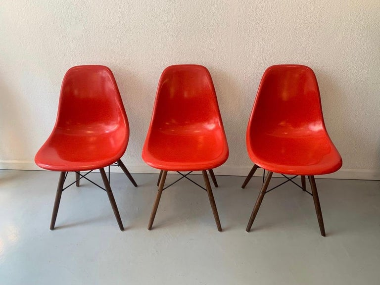 Vintage Set of 6 Cherry Red Fiberglass Dowel Chairs by Charles & Ray Eames In Good Condition For Sale In Geneva, CH