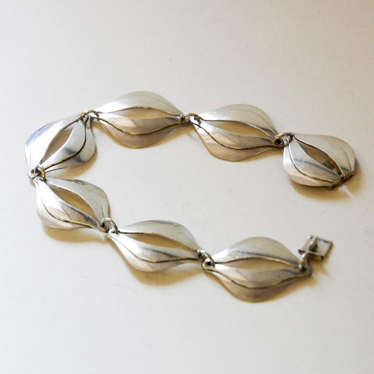 Swedish 'Stilsmycken' silver bracelet by Erik Svane, Helsingborg, Sweden, 1960. Bracelet with oval organic sections linked to each other with oval openings in each link. Classic, easy to wear bracelet with box locker. Stamped with SVAN K9.  Good