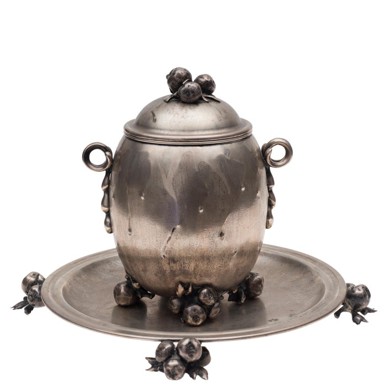 Important vintage silver centrepiece and tray, Italian manufacture Luigi Genazzi goldsmith - Milan. Fascist stamp 1034-1944. Rounded and inlaid body with two shaped handles with naturalistic attachment, lid grip and chiselled shaped feet with
