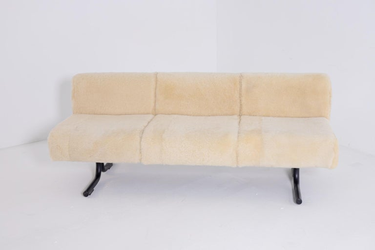 Beautiful three seats sofa by Osvaldo Borsani for Tecno of the 60s. The structure of Osvaldo Borsani sofa was made of iron and wood, the feet are made of tubular iron and have a simple and linear line. The Osvaldo Borsani sofa has the original