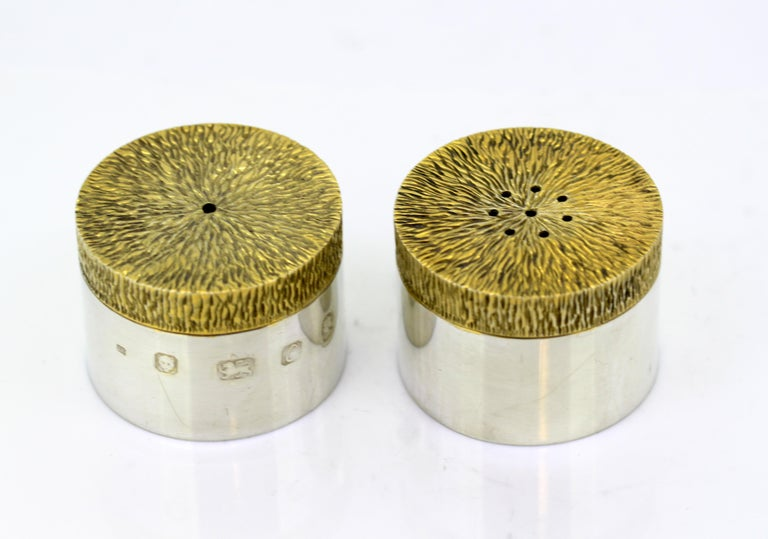 Vintage Sterling Silver Salt and Pepper Shakers, London, 1977 In Good Condition For Sale In Braintree, GB