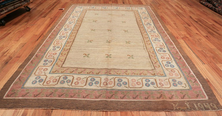 Vintage Swedish Scandinavian Kilim rug, Country of Origin: Sweden, circa mid-20th century. Size: 6 ft 10 in x 10 ft 5 in (2.08 m x 3.17 m)  Following a Gustavian model of elegance, this charming vintage Swedish Kilim displays a wonderful