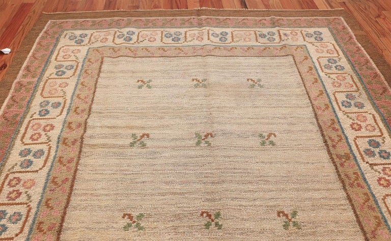 Hand-Woven Vintage Swedish Kilim Rug. Size: 6 ft 10 in x 10 ft 5 in (2.08 m x 3.17 m) For Sale