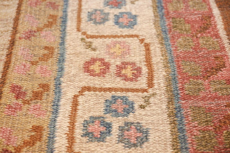 Vintage Swedish Kilim Rug. Size: 6 ft 10 in x 10 ft 5 in (2.08 m x 3.17 m) In Excellent Condition For Sale In New York, NY
