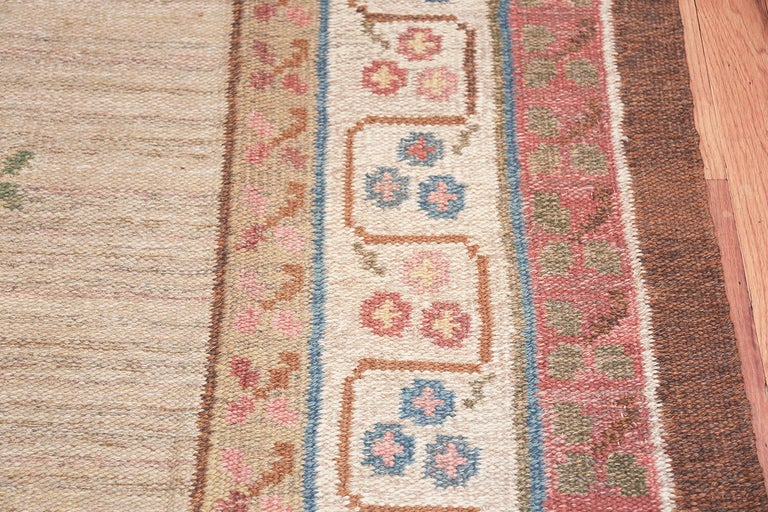 20th Century Vintage Swedish Kilim Rug. Size: 6 ft 10 in x 10 ft 5 in (2.08 m x 3.17 m) For Sale