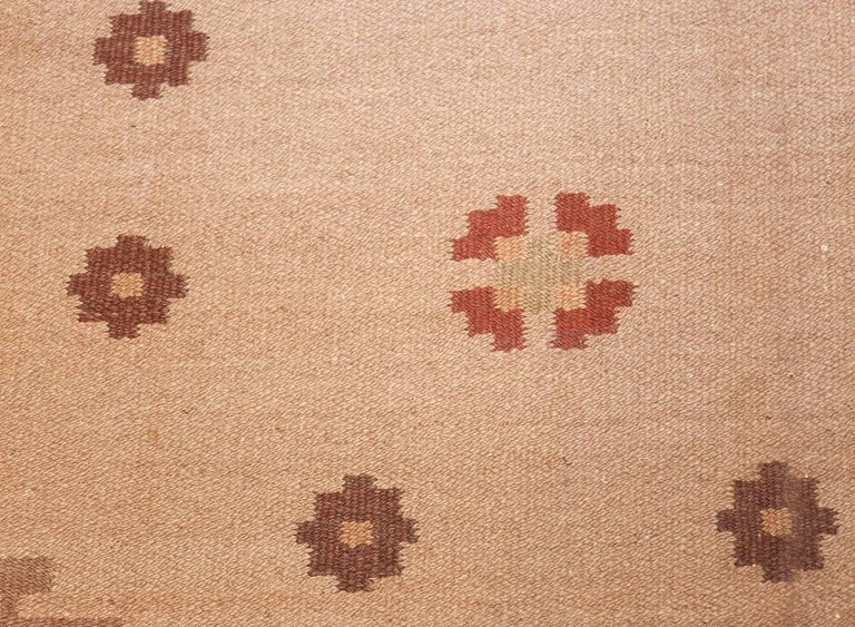 Vintage Swedish Kilim Rug. Size: 6 ft 8 in x 9 ft 5 in (2.03 m x 2.87 m) In Excellent Condition In New York, NY