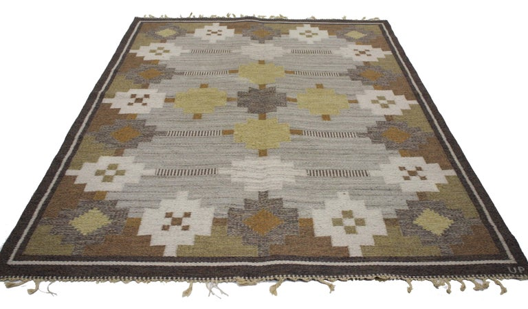 76642, vintage Swedish Kilim rug with Scandinavian Modern style. This handwoven wool vintage Swedish Kilim rug with Scandinavian Modern style features a geometric pattern of stepped lozenges in ivory, ecru, tan, beige, camel, light yellow, light