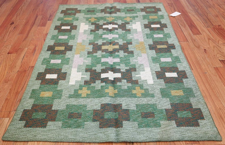 Vintage Swedish rug, origin: Scandinavia, circa mid-20th century. Size: 4 ft 4 in x 6 ft 6 in (1.32 m x 1.98 m).