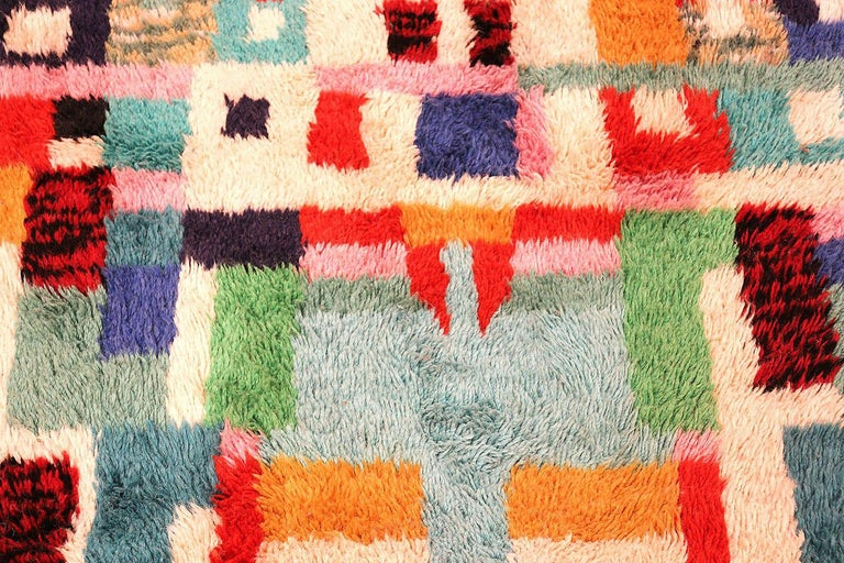 Hand-Knotted Vintage Swedish Rya Shag Rug. Size: 5 ft x 6 ft 4 in (1.52 m x 1.93 m) For Sale
