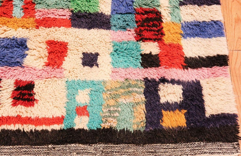 Vintage Swedish Rya Shag Rug. Size: 5 ft x 6 ft 4 in (1.52 m x 1.93 m) In Excellent Condition For Sale In New York, NY