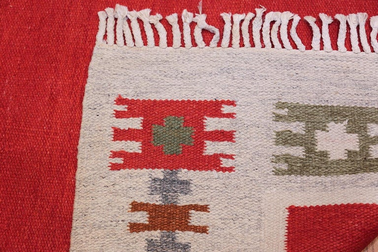 Vintage Swedish-Scandinavian Rug. Size: 4 ft 6 in x 6 ft 4 in (1.37 m x 1.93 m) In Excellent Condition For Sale In New York, NY