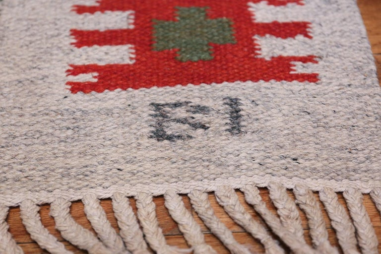 Wool Vintage Swedish-Scandinavian Rug. Size: 4 ft 6 in x 6 ft 4 in (1.37 m x 1.93 m) For Sale
