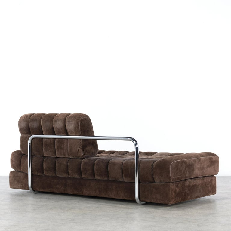 This daybed DS 85 was manufactured in the 1960s by De Sede in Switzerland. This versatile sofa or loveseat can be folded up to a double bed. This piece is upholstered with brown nubuck leather. Three patchwork cushions are also included in the