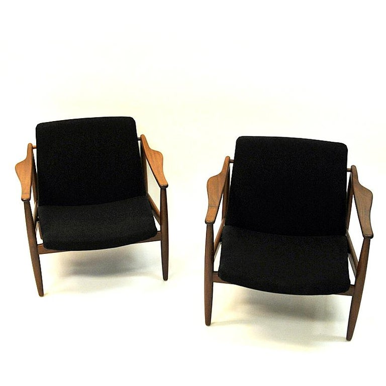Lovely midcentury pair of easy chairs by designer Hartmut Lohmeyer for Wilkahn in Germany the 1950s. The chairs are made of solid teak and have new upholstered back and seat cushions upholstered in black woolfabric.