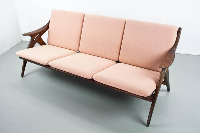 Elegantly constructed sofa in Modern Scandinavian style produced by Dutch manufacturer De Ster Gelderland during the 1960s. The typically shaped sides of the design are loosely based on a (rope) knot, giving the model its name: the Knot. The solid
