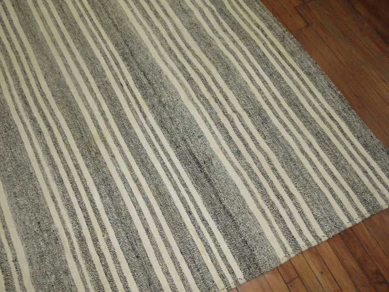 Vintage Turkish Kilim Room Size Flat-Weave Rug In Good Condition For Sale In New York, NY