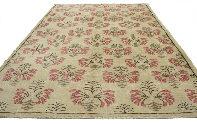 52149, vintage Turkish Oushak rug with shabby chic farmhouse style. Quaint and vivacious, this hand-knotted woo vintage Turkish Oushak rug features the shabby chic farmhouse look so desirable in understated, welcoming,