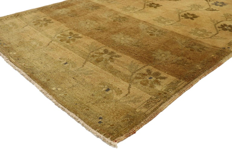 50128, vintage Turkish Oushak rug with Swedish Farmhouse style. Representing a stylish union of traditional and sophisticated chic, this hand knotted wool vintage Turkish Oushak rug provides an elegant and genteel design aesthetic with soft subtle