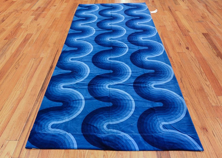 "Vintage Verner Panton textile, Denmark, mid-20th century. Size: 3 ft 11 in x 9 ft 2 in (1.19 m x 2.79 m)  This blue textile exhibits a signature ""Kurve"" pattern by the iconic Verner Panton. There is an organic flow vitalizing this piece: the deep"