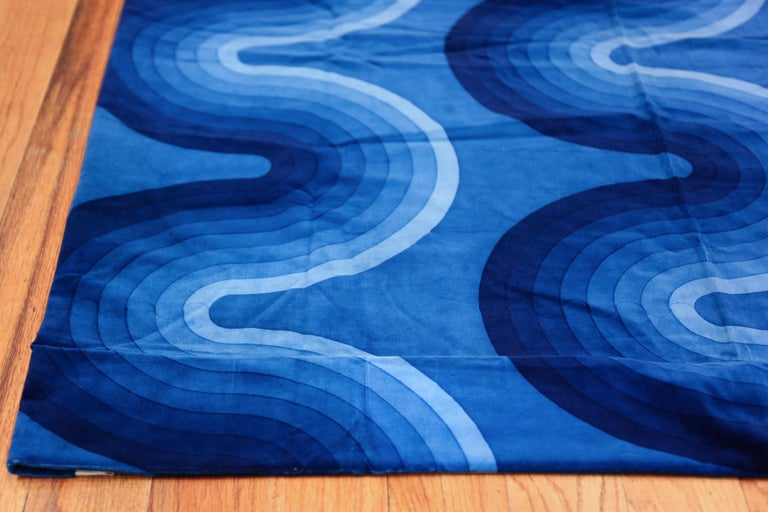 Vintage Verner Panton Kurve Textile in Blue. Size: 3 ft 11 in x 9 ft 2 in In Excellent Condition For Sale In New York, NY