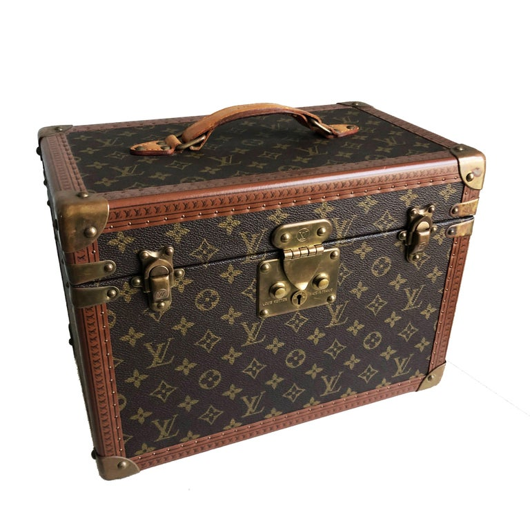 Authentic, preowned, vintage Louis Vuitton Boîte Pharmacie Vanity Train Case. Monogram canvas/lined in Vuittonite fabric w/leather bottle strap & removable mirrored box. Comes with it's original key. Preowned/vintage with signs of prior use/wear: