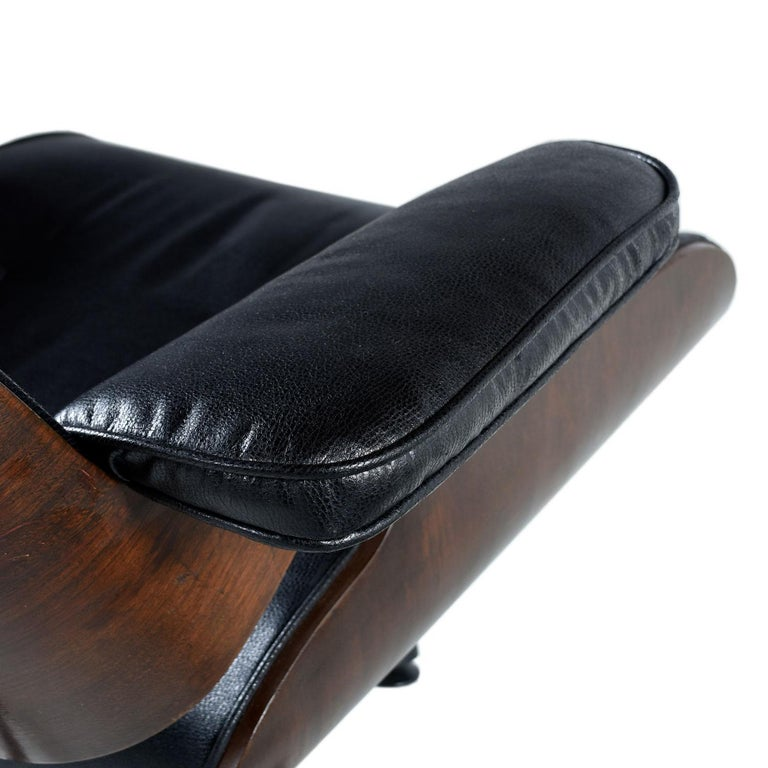 Vintage Walnut Eames Lounge Chair and Ottoman Replica Set in Black Leather In Good Condition For Sale In Saint Petersburg, FL
