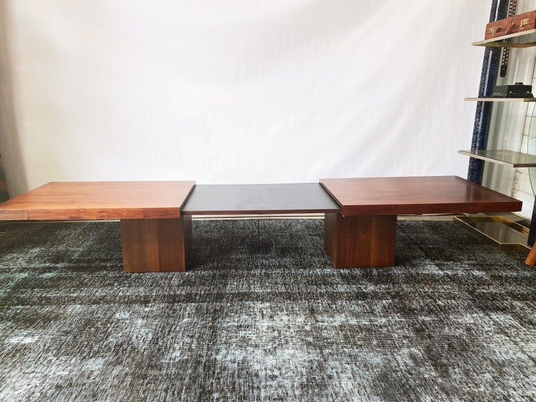 This vintage walnut expandable coffee table by John Seal for Brown Saltman is in overall excellent condition. This coffee table draws apart to reveal a black laminate interior, a perfect surface for beverages and heavy use. The minimal design